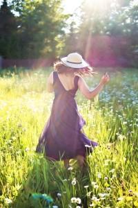 pretty-woman-in-field-820477_640